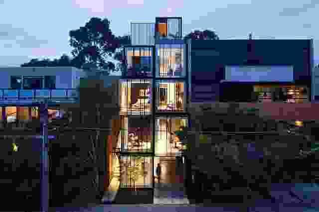 堆叠的体量的组成突出和收缩,明确了一种划分的语言。一楼主要用于商业用途,而上层是住宅。