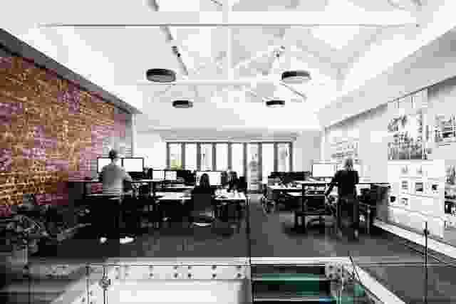 管理办公室长度的插线板对团队的设计过程至关重要,它鼓励对话,并作为员工的沟通机制。