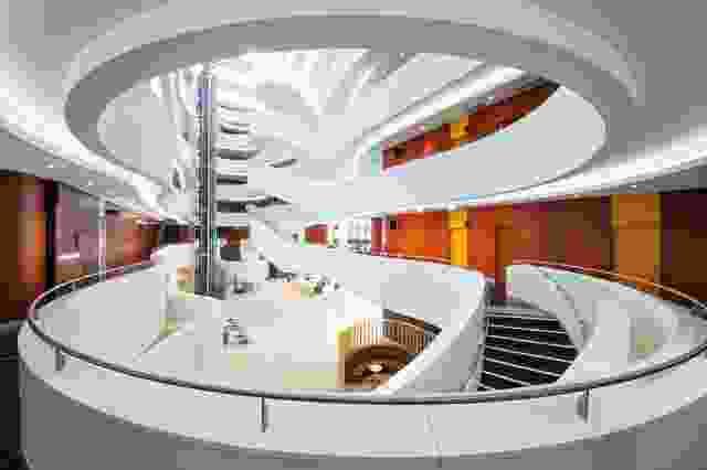 宏伟的六层中庭在建筑中心雕刻出一个发光的白色峡谷。