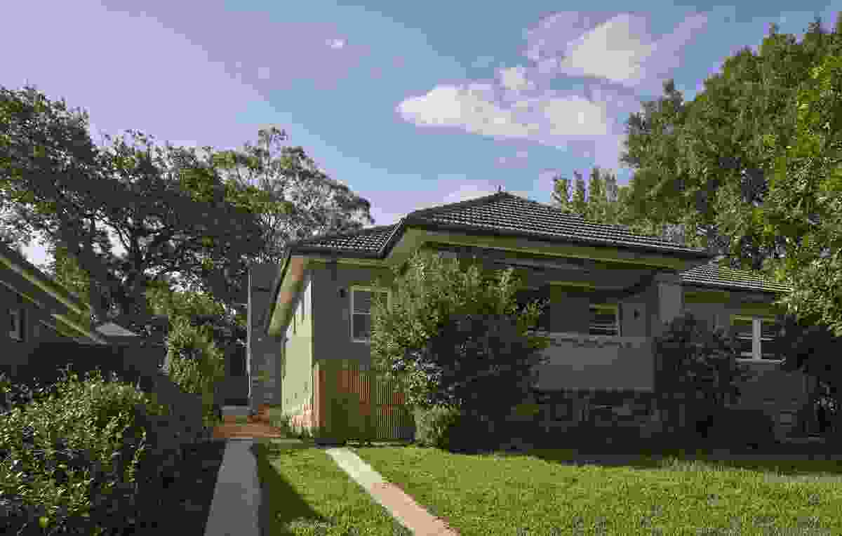 From its quiet, leafy street, the Skylight House looks just like any other comfortable 1930s home in the upper North Shore Sydney suburb of Lindfield.