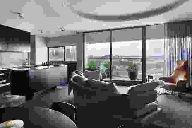 将三米圆形的圆形磁带切入天花板以定义起居区。