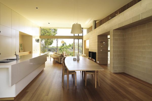 A spine wall of concrete blockwork complements the polished floorboards.