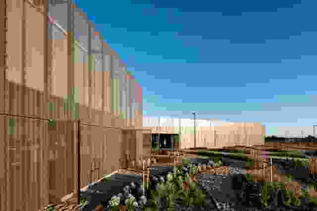 平面上的一个关节建立了建筑的主要入口,并有效地将面向公共的元素与实验室和车间组件连接起来。