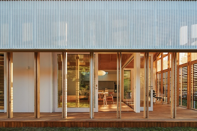The Amado House adapts sliding screens to address Australian conditions and embraces qualities of spaciousness and transparency.