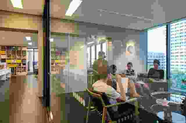 强烈的视线允许活动的小插曲在区域之间相互瞥见。