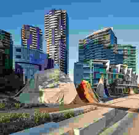 纪念碑公园坐在维多利亚港和新麦克布莱德瑞安设计的开发码头。