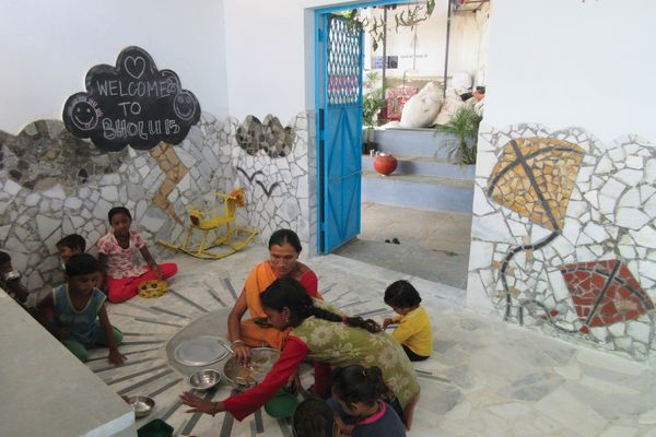 Bholu 15 Preschool, by Kali Marnane and Niini Soisalo de Mendonça, in Ahmedabad's Ramapir No Tekro slum, India (2016).