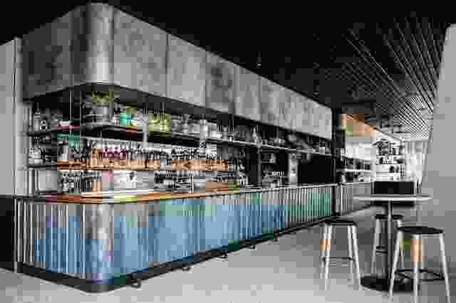 在底楼,房屋酒吧在空间后部设有镀铜铜酒吧,坐落在港口的景致。