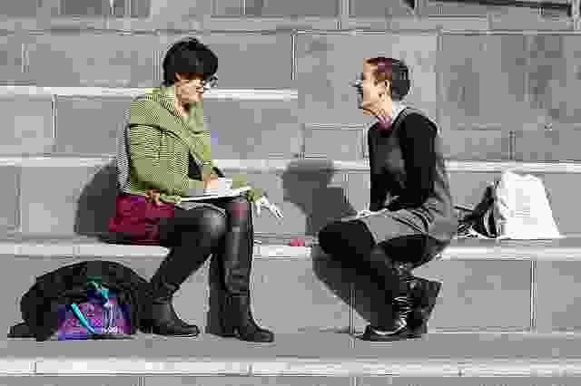 """2013年在墨尔本举行的""""转变""""研讨会后,塔尼亚·戴维奇(左)与洛里·布朗交谈。"""