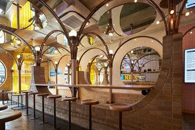 """Scrous Studio在墨尔本塞尔本郊区住宅的前花园和围栏的启发,使用了拱形的""""砖栅栏""""作为经常性图案。"""