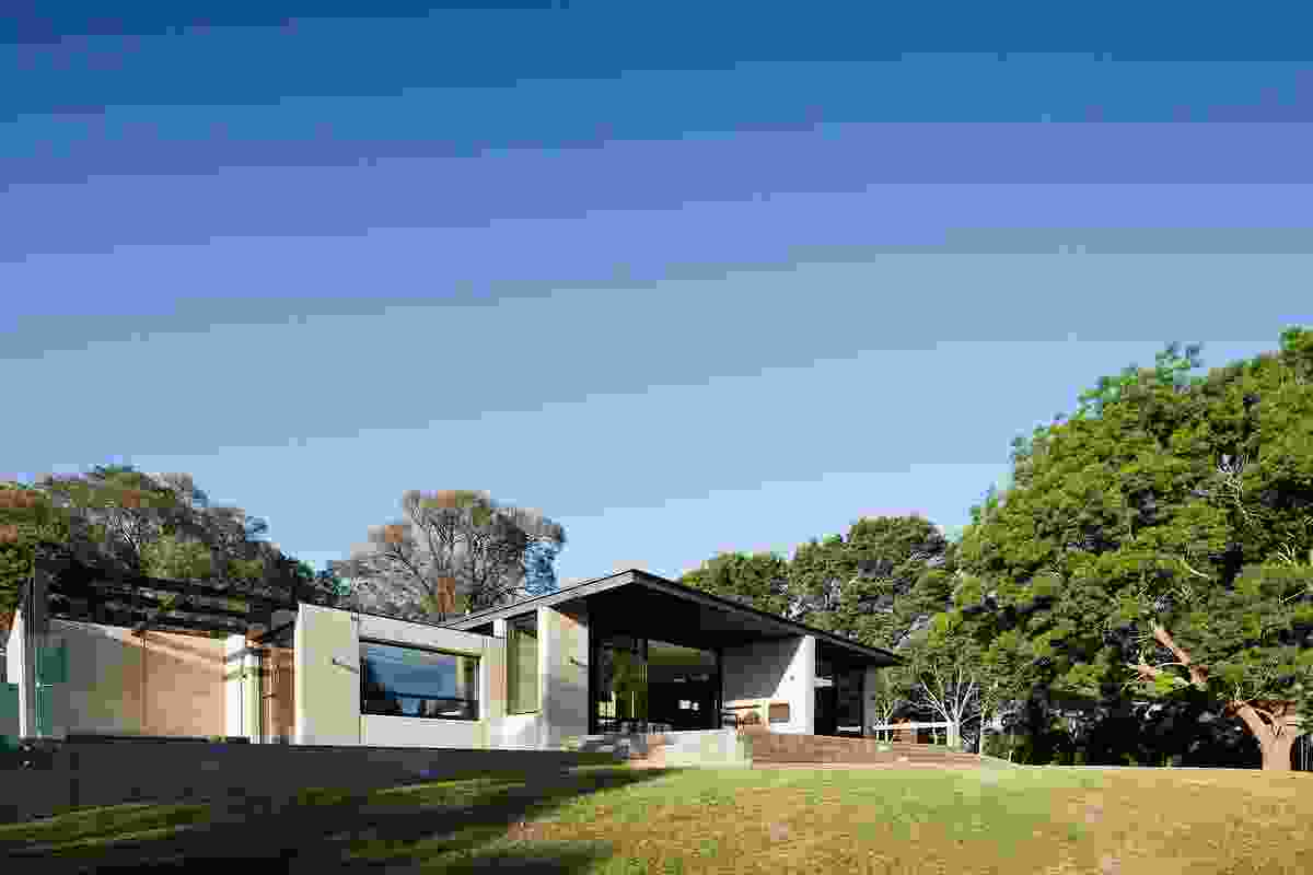 The rear side of the house shows the breaking up the modernist rectangular volume.