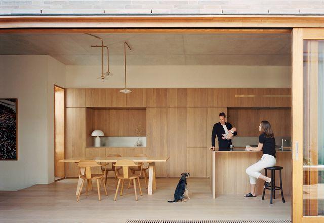 因此,宽敞的开放式平面为这个年轻的家庭提供了充足的空间。