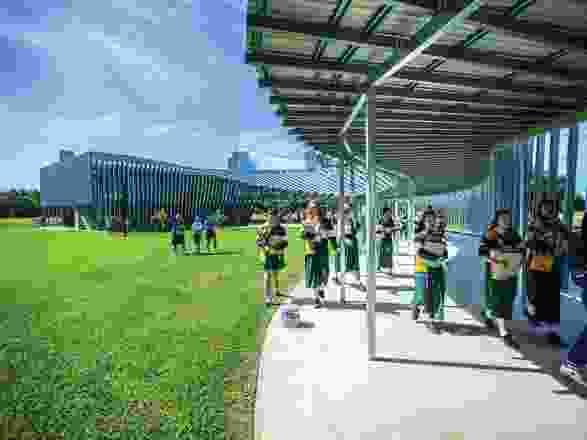 三一圣公会学校的新科学大楼是一个混凝土和单一砌体结构,包裹在预制钢通道的遮光层中。