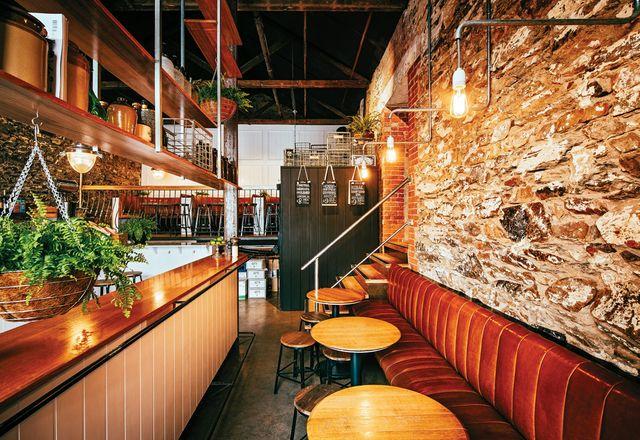 前区域配有酒吧,常设区,座椅凳。