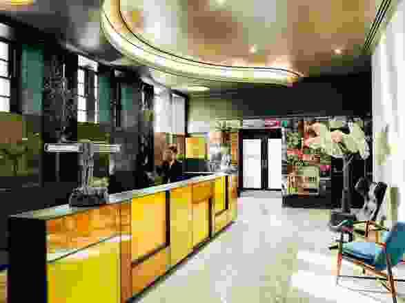 接待区曾经是一个小房间,有一个由琥珀色玻璃制成的接待台。