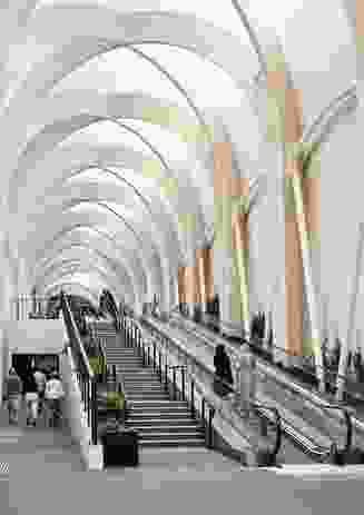 """紧致优雅的弹簧形式由意大利落叶松木材""""胶合木""""拱门构成。"""