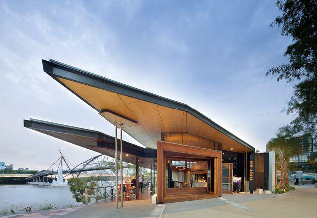 该建筑引人注目的形式拥有一个建筑风格的折叠屋顶。