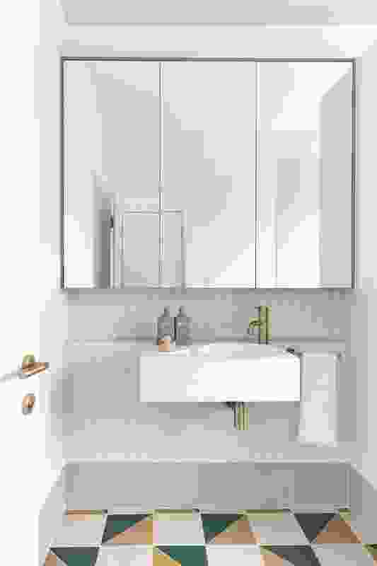 儿童浴室的几何瓷砖地板是对原房子20世纪50年代的怀旧致敬。