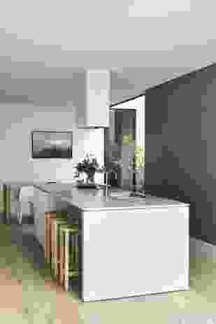 在一个舒适而开放的平面中工作,Lande使用细木工来定义厨房区域。艺术品:格雷格木头。
