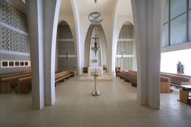 The perpendicular alignment of the pews