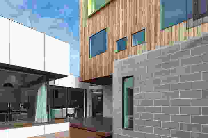 External space penetrates into the mass of the house.
