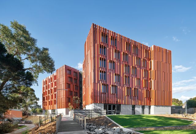 JCB为Gillies Hall使用了被动住宅原则,这与莫纳什大学半岛校区的净零碳排放策略相一致。
