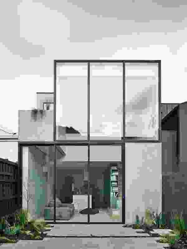 大面积的玻璃窗使客厅感觉更宽敞。