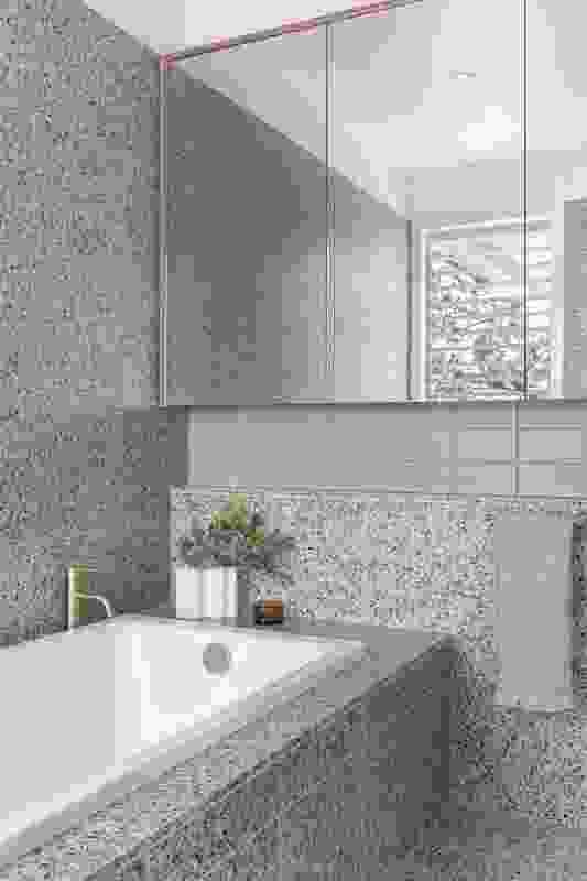 水磨石瓷砖上细微的色彩斑点为浴室带来了景观的色调和纹理。